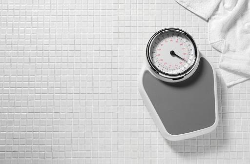 ダイエット「バスルームに体重計」:スマホ壁紙(14)
