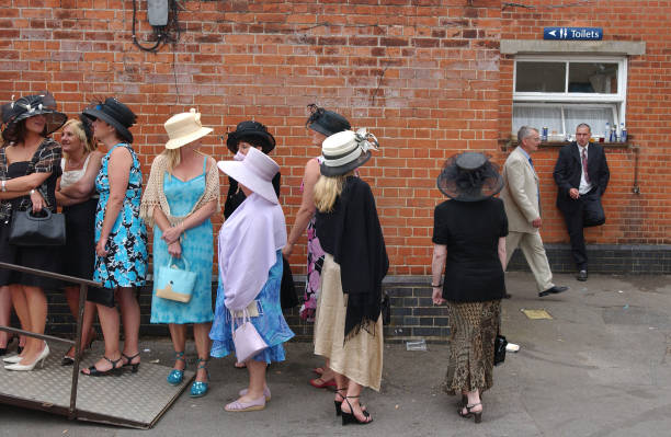 Queuing for Toilet at Ascot:ニュース(壁紙.com)