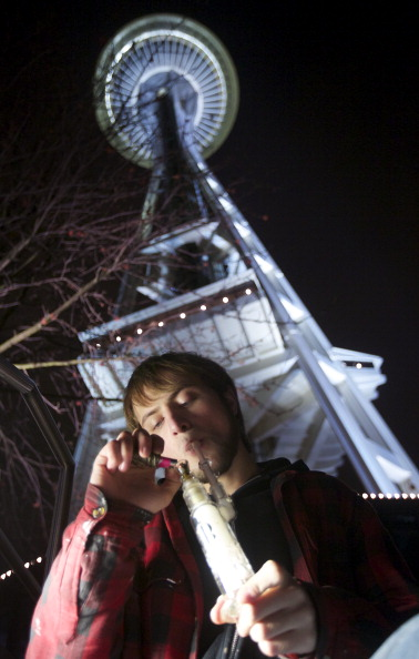 Space Needle「Residents Celebrate As Marijuana Use Becomes Legal In Washington State」:写真・画像(18)[壁紙.com]