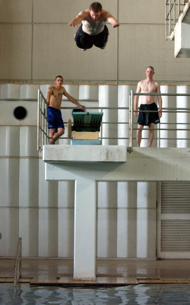 Lap Pool「Iraqis And U.S. Soldiers Share Pool In Baghdad」:写真・画像(9)[壁紙.com]