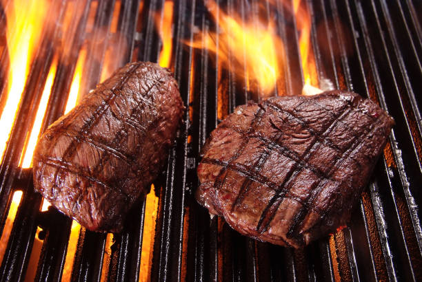 Beefsteaks on barbecue grill:スマホ壁紙(壁紙.com)