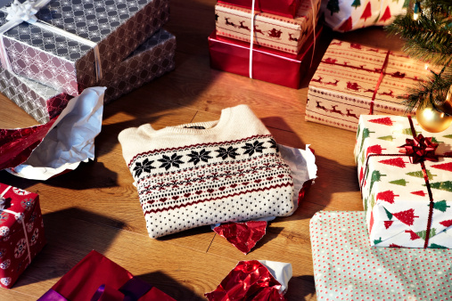 Gift「Christmas jumper unwrapped amongst other gifts」:スマホ壁紙(0)