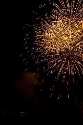 花火「大きなゴールド、空の花火の湖の上で」:スマホ壁紙(17)