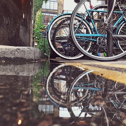 乗り物・交通「ロンドン ・ ストリート水溜りに映るバイク」:スマホ壁紙(15)