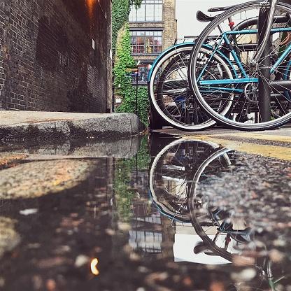 乗り物・交通「ロンドン ・ ストリート水溜りに映るバイク」:スマホ壁紙(14)