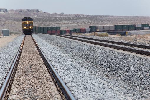 Moving Toward「Train approaching on railroad track」:スマホ壁紙(8)