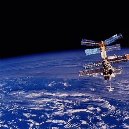天の川「Mir Space Station floating above the Earth」:スマホ壁紙(18)