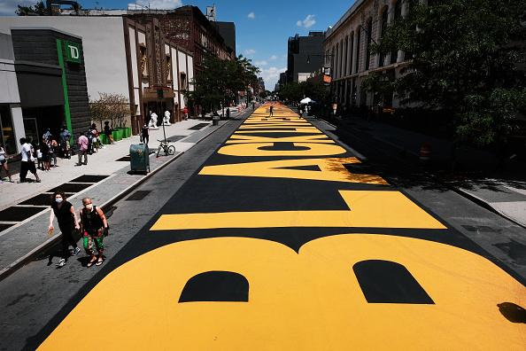Mural「Black-Lives-Matter Mural Pedestrian Plaza Opens In Brooklyn」:写真・画像(4)[壁紙.com]