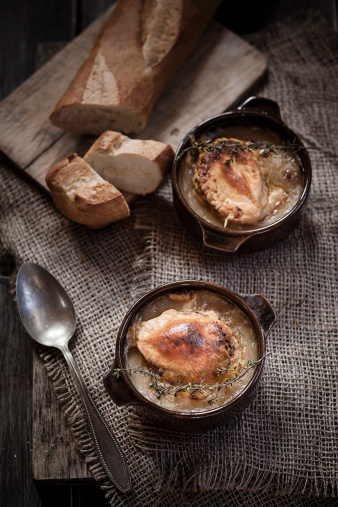 Scalloped - Pattern「Gratinee onion soup with thyme in bowls and baguette」:スマホ壁紙(14)