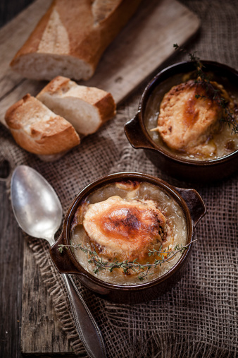 Scalloped - Pattern「Gratinee onion soup with thyme in bowls and baguette」:スマホ壁紙(4)