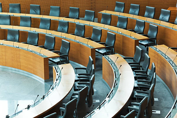 Oval conference room with rows of seats:スマホ壁紙(壁紙.com)
