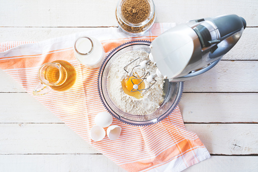 Recipe「Mixing flour and eggs with a table mixer」:スマホ壁紙(9)