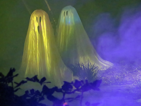 Dry Ice「Halloween illuminated ghost figures and artificial smoke used for Halloween decoration.」:スマホ壁紙(18)