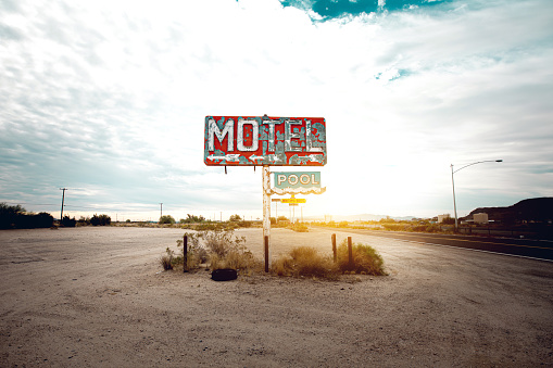 Motel「Old abandoned motel sign in Arizona」:スマホ壁紙(4)