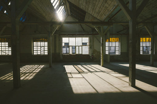 Old-fashioned「Old, abandoned factory warehouse」:スマホ壁紙(3)
