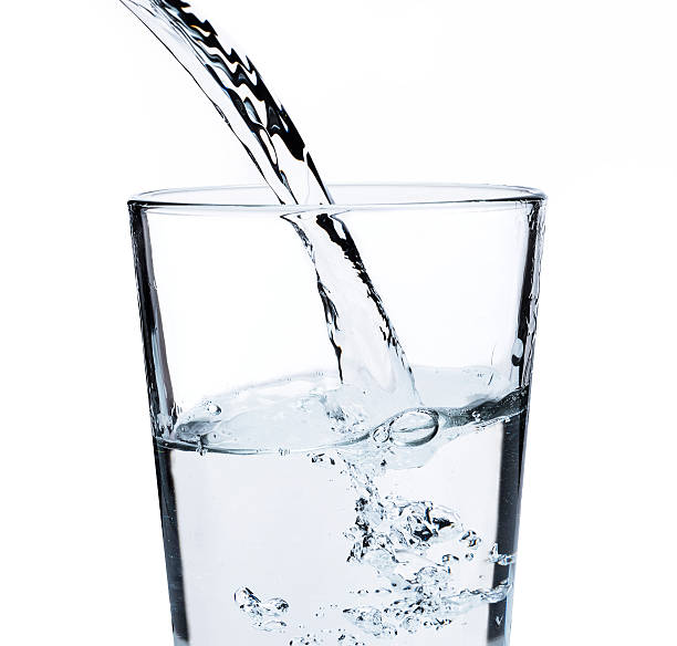 Water pouring into glass:スマホ壁紙(壁紙.com)