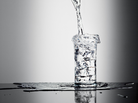 Drinking Water「Water pouring into glass and overflowing」:スマホ壁紙(6)