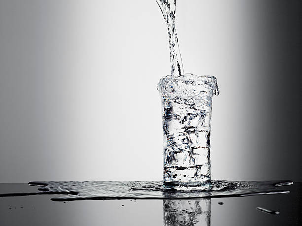 Water pouring into glass and overflowing:スマホ壁紙(壁紙.com)