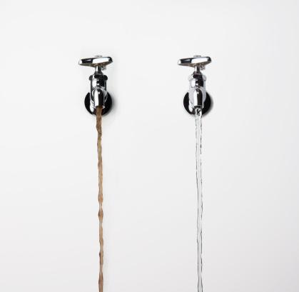 スイセン「Water Pouring from Faucet」:スマホ壁紙(19)
