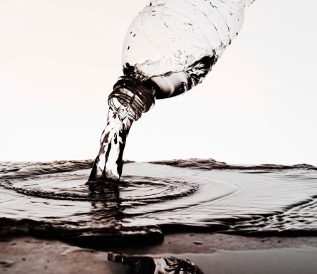 Drinking「Water pouring from a plastic water bottle」:スマホ壁紙(2)