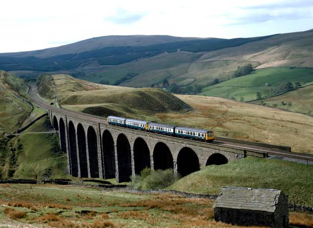 Arten Gill Viaduct. The 10:30 ex Carlisle heads south over Arten Gill Viaduct. 04.05.1987.:ニュース(壁紙.com)