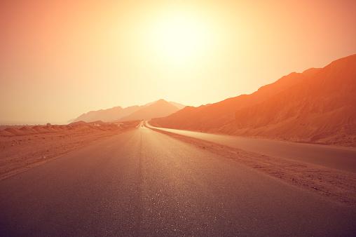晴れている「日の出のハイウェー」:スマホ壁紙(19)