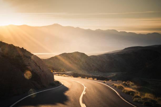 Highway at sunrise, going into Death Valley National Park:スマホ壁紙(壁紙.com)