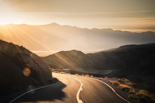 Twilight「Highway at sunrise, going into Death Valley National Park」:スマホ壁紙(2)