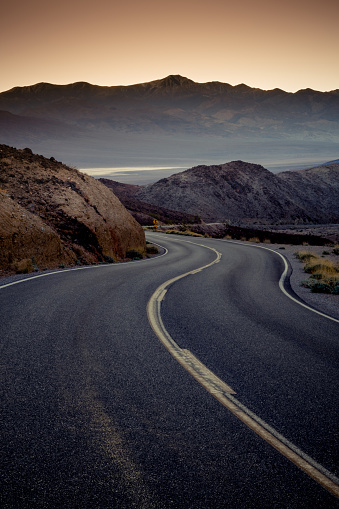 Depression - Land Feature「Highway at sunrise, going into Death Valley National Park」:スマホ壁紙(16)