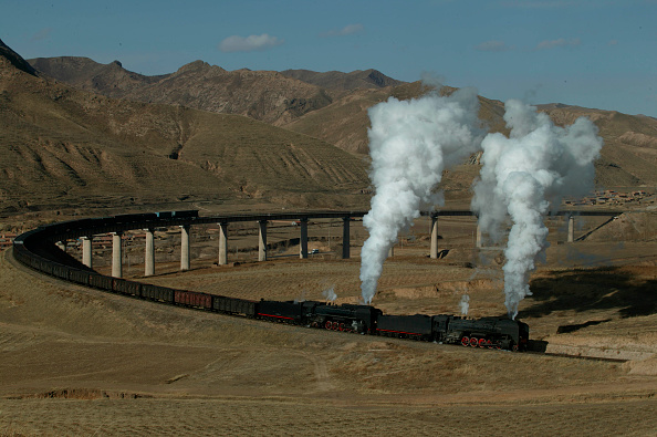Arid Climate「The fabulous curved viaduct at Simingyi with two QJ's labouring towards the summit at Shangdian with a Holoku to Daban freight on the Ji-Tong Railway」:写真・画像(7)[壁紙.com]