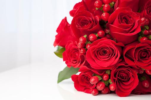 薔薇「赤いバラのブライダルブーケ」:スマホ壁紙(11)