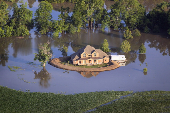 Levee「Rising Rivers And Tributaries Continue To Flood Southern Communities And Farm Land」:写真・画像(14)[壁紙.com]