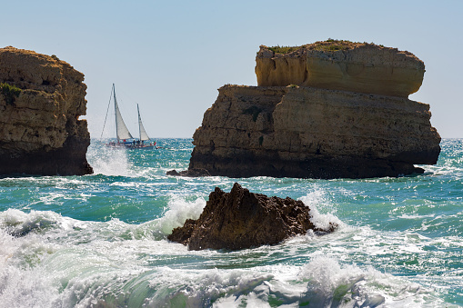 波「Yacht near Praia De Sao Rafael in the Algarve」:スマホ壁紙(1)