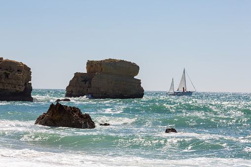 波「Yacht near Praia De Sao Rafael in the Algarve」:スマホ壁紙(2)