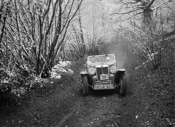 Country Road「1935 MG NA Magnette taking part in a motoring trial, late 1930s」:写真・画像(4)[壁紙.com]