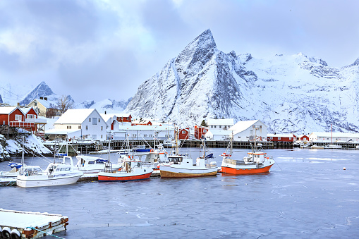 Fisherman「Norway, Lofoten, Hamnoy Island, fisherman's cabins and boats」:スマホ壁紙(10)