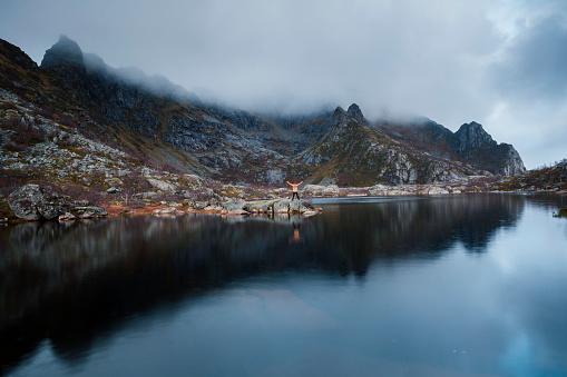 Passenger「Norway, Lofoten Islands, Henningsvaer, man standing at seashore with raised arms」:スマホ壁紙(17)