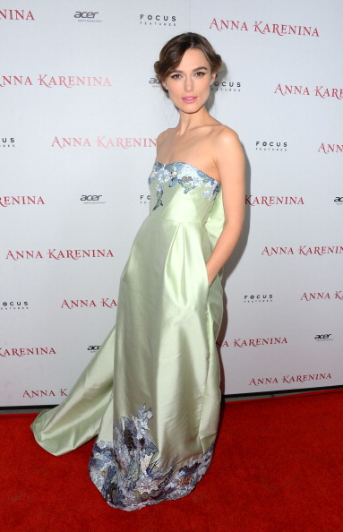 "Strapless「Premiere Of Focus Features' ""Anna Karenina"" - Arrivals」:写真・画像(1)[壁紙.com]"