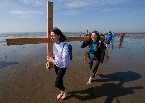 Causeway「The Pilgrims Crossing To Holy Island On Good Friday」:写真・画像(11)[壁紙.com]