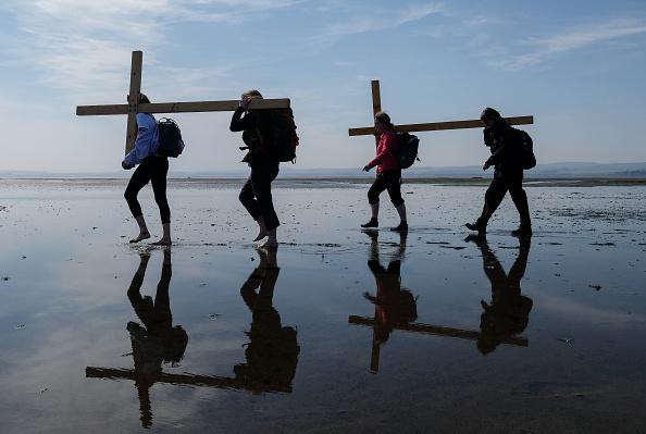 Causeway「The Pilgrims Crossing To Holy Island On Good Friday」:写真・画像(10)[壁紙.com]