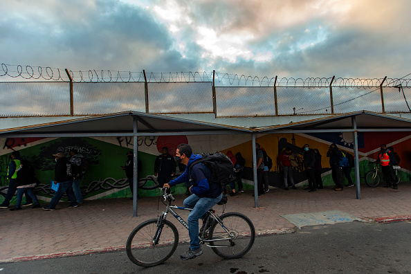 Baja California Peninsula「Citizens Spend The Night at The Otay Mesa Port of Entry Due To Its Operation Reduction」:写真・画像(4)[壁紙.com]