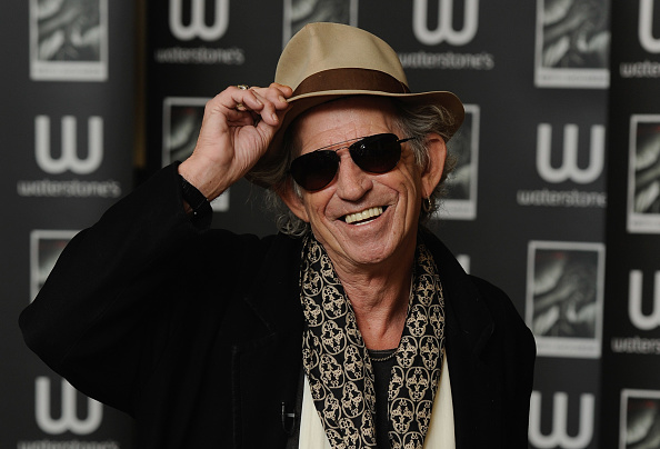 横位置「Keith Richards Signs Copies Of His Book 'Life'」:写真・画像(10)[壁紙.com]
