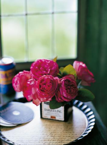 Tray「Roses and smoke tree arranged in tea box by window」:スマホ壁紙(16)