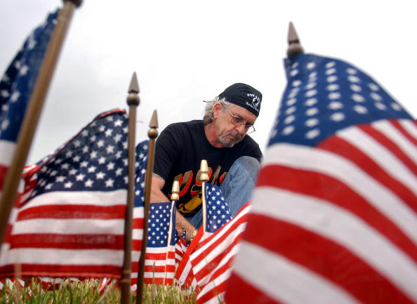 Patriotism「Sixty Thousand American Flags Set Up In Size And Shape Of Vietnam Veterans Memorial」:写真・画像(7)[壁紙.com]