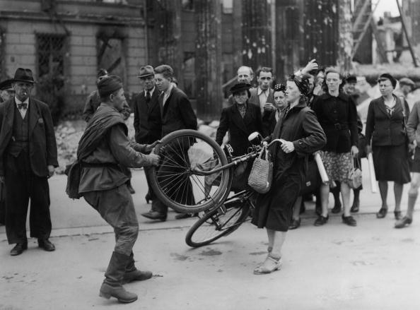 Soviet Military「Bike Fight」:写真・画像(5)[壁紙.com]