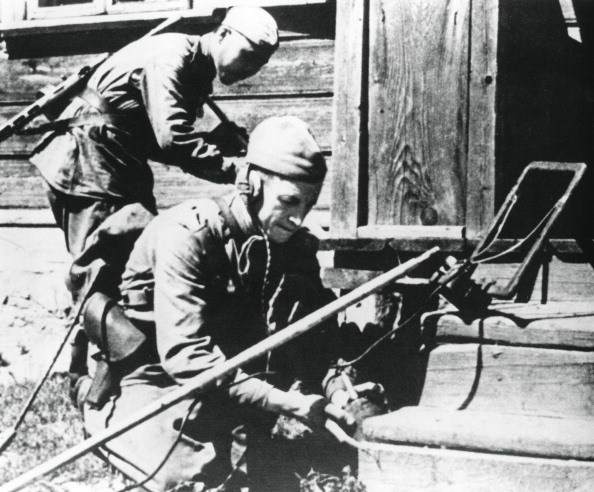 Booby Trap「Russian soldiers with mine detectors clearing a booby-trapped house, Eastern Front, 1944.」:写真・画像(16)[壁紙.com]