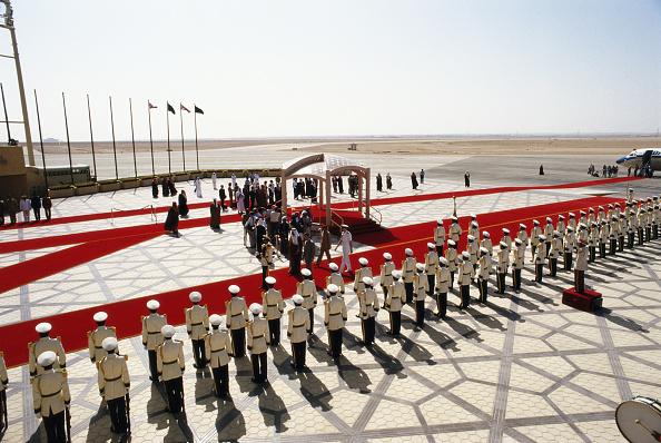 People In A Row「Saudi Visit」:写真・画像(15)[壁紙.com]