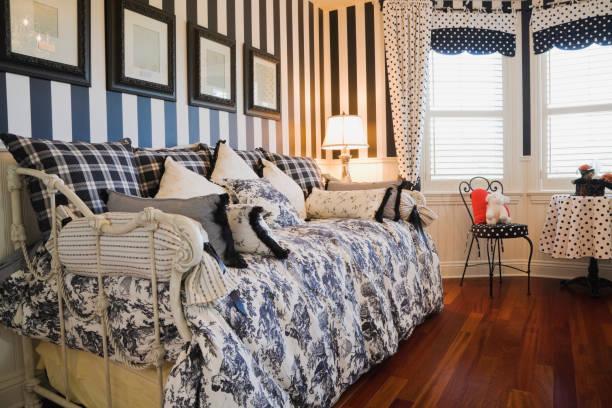 Folding bed in guest bedroom:スマホ壁紙(壁紙.com)