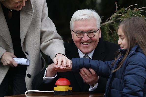 Christmas Decoration「President Steinmeier And First Lady Elke Buedenbender Host Children For Christmas Tree Inauguration」:写真・画像(9)[壁紙.com]