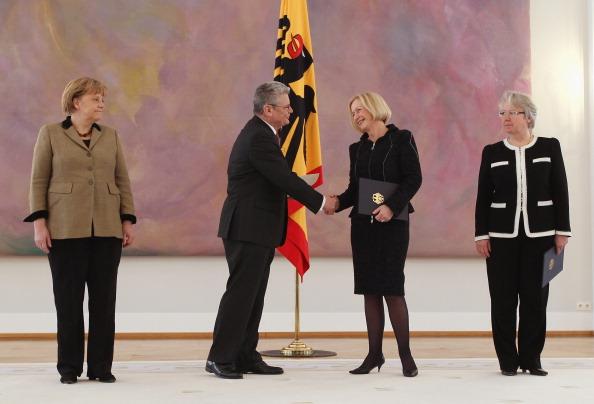 Congratulating「Wanka Replaces Schavan As Education Minister」:写真・画像(10)[壁紙.com]